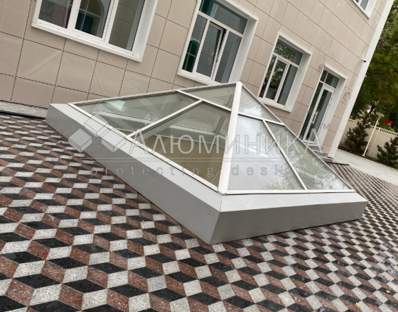 Купол из алюминиевого профиля и стекла.